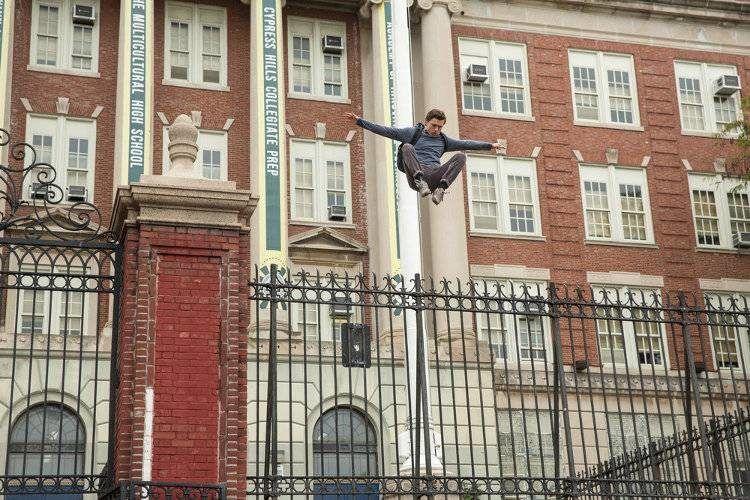 Tom Holland probando sus nuevos superpoderes