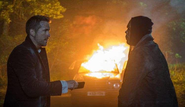 Ryan Reynolds y Samuel L. Jackson en una explosión