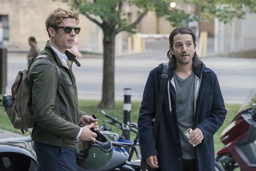 """Diego Luna y James Norton en la película """"Enganchados a la muerte"""""""