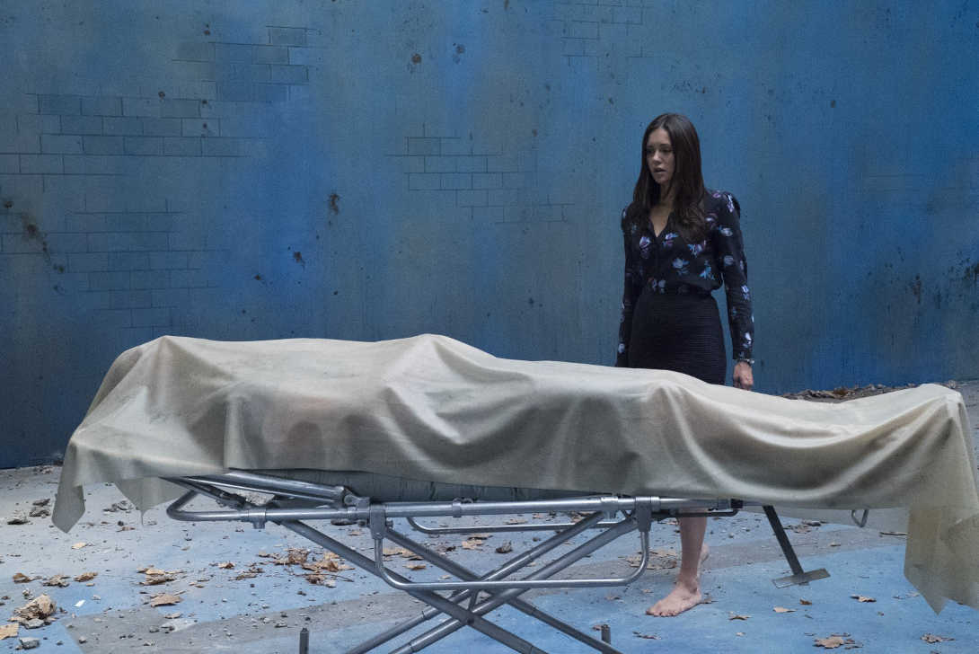 Nina Dobrev mirando a una camilla con un muerto