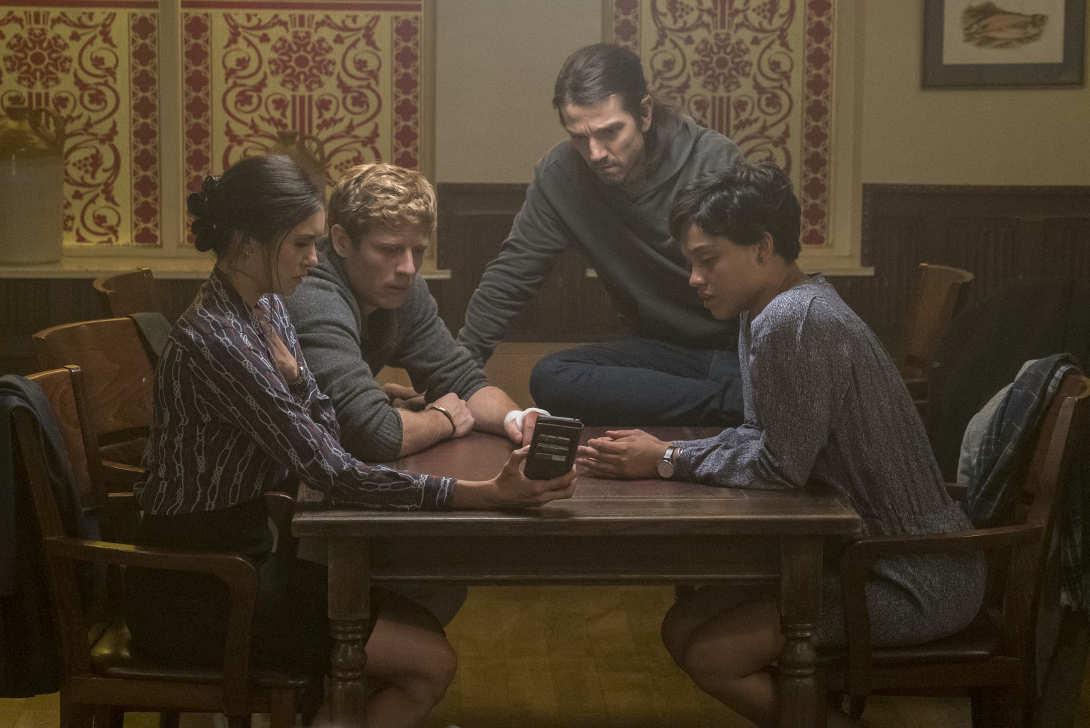 """Diego Luna, James Norton, Kiersey Clemons y Nina Dobrev en una escena de la película """"Enganchados a la muerte"""""""