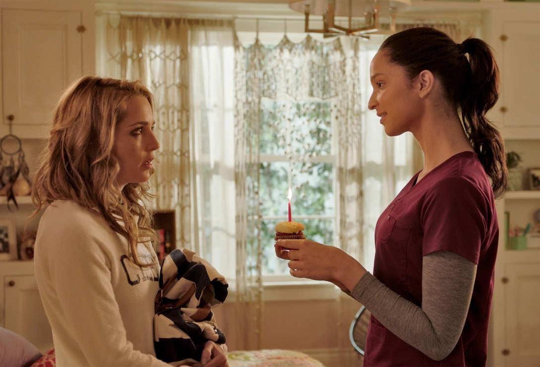 Jessica Rothe y Ruby Modine cupcake de cumpleaños