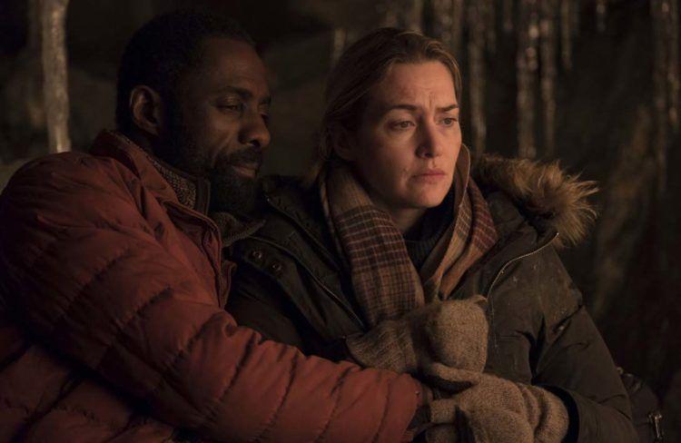 Idris Elba y Kate Winslet acurrucados haciendo frente al frío