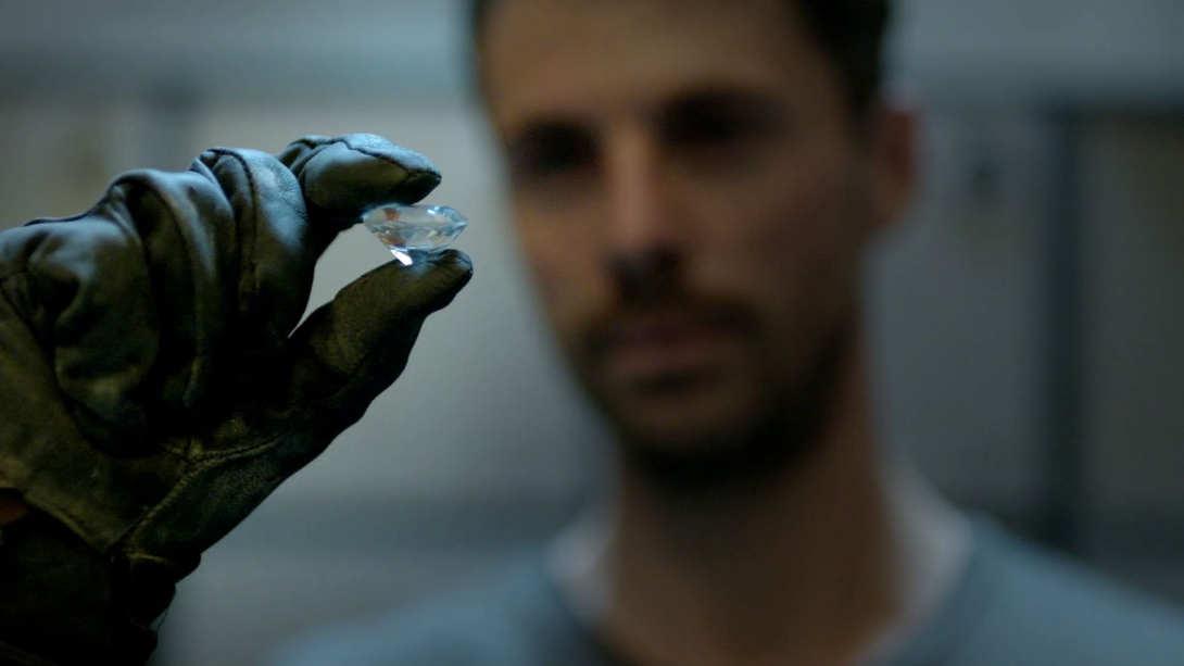 Matthew Goode con un diamante en la mano