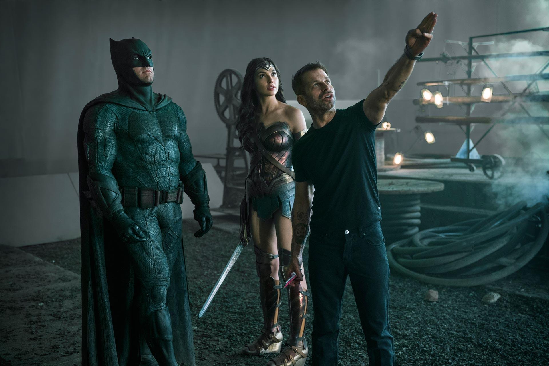 """BEN AFFLECK, GAL GADOT y el director ZACK SNYDER en el rodaje de la película """"Liga de la justicia"""""""