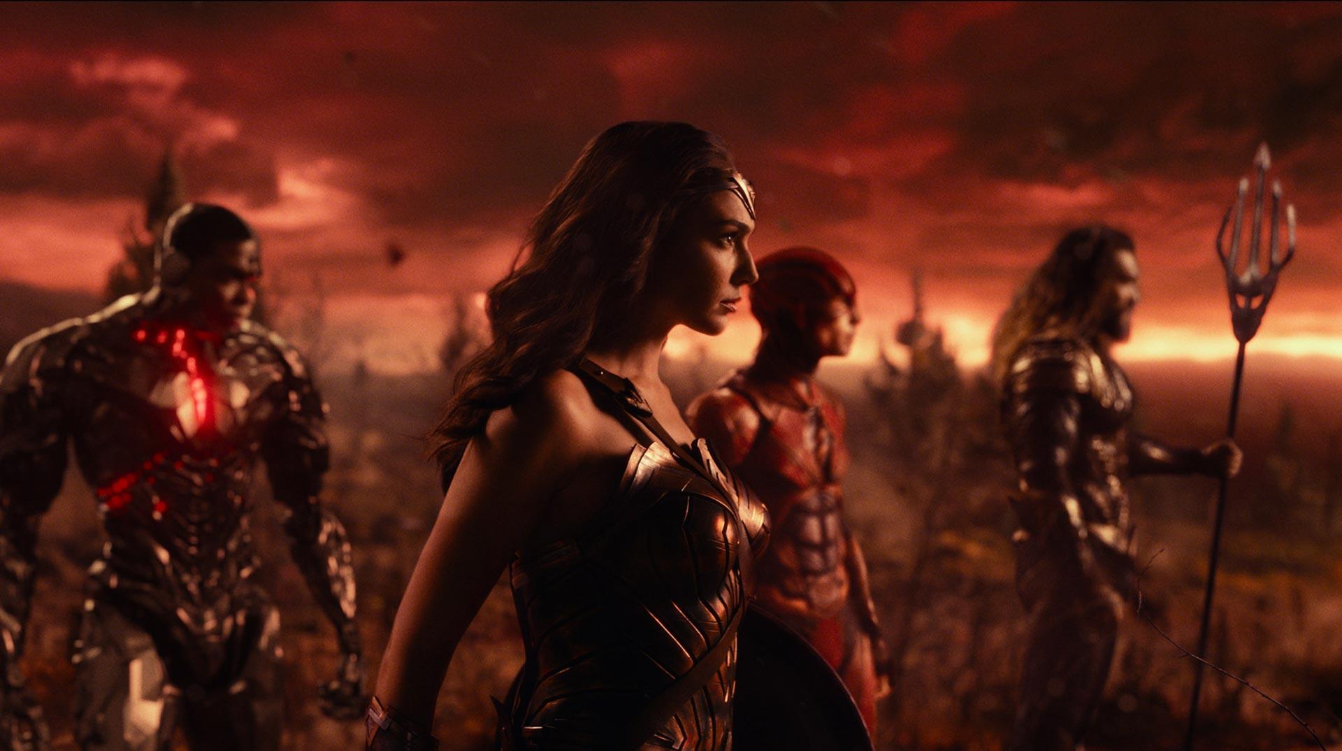 RAY FISHER es Cyborg, GAL GADOT es Wonder Woman, EZRA MILLER es Flash y JASON MOMOA es Aquaman en Liga de la Justicia.