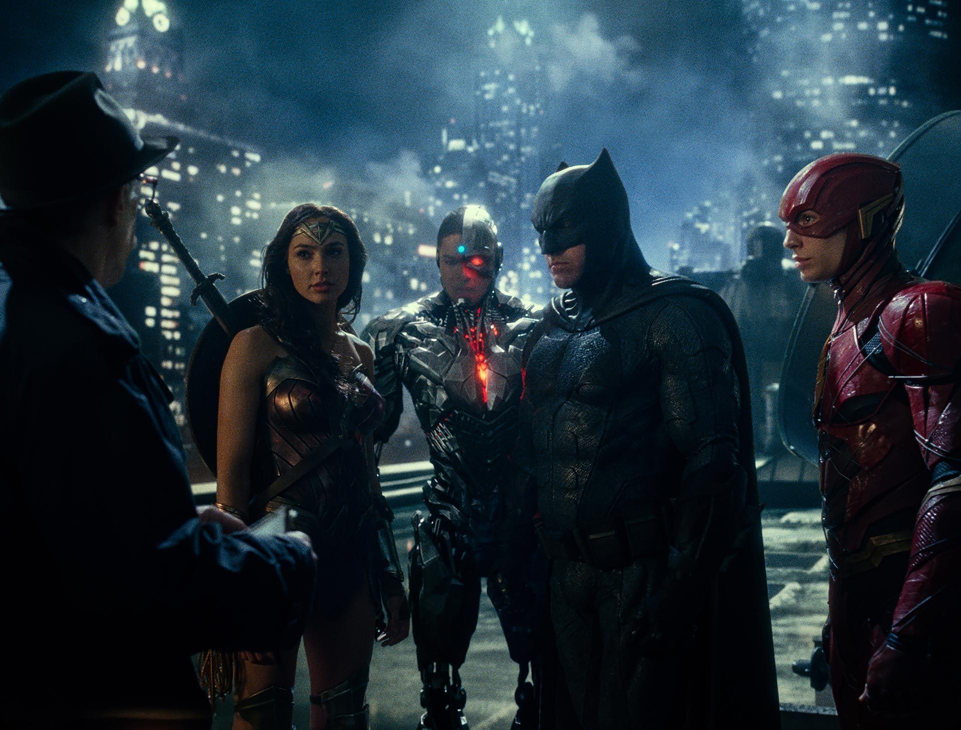 """J.K. SIMMONS es el comisario Gordon, GAL GADOT es Wonder Woman, RAY FISHER es Cyborg, BEN AFFLECK es Batman y EZRA MILLER es Flash en la película de """"Liga de la justicia"""" de Warner Bross."""