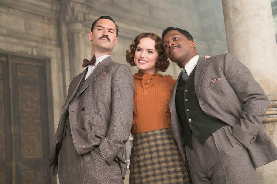 Daisy Ridley, Leslie Odom Jr. y Manuel Garcia-Rulfo en una escena