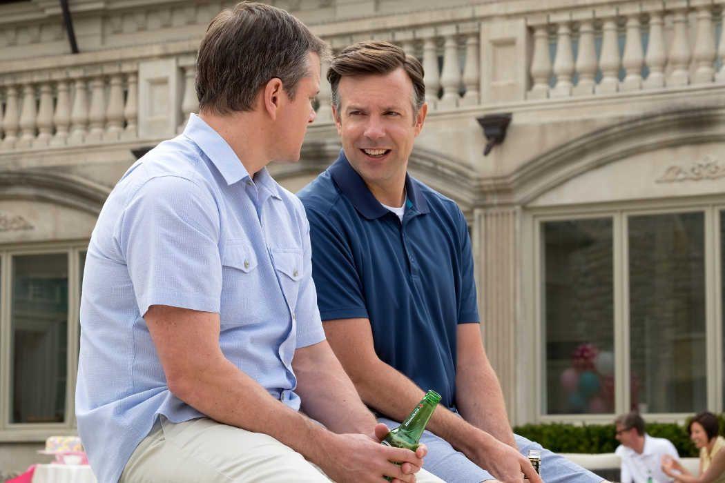 """Jason Sudeikis como Dave Johnson y Matt Damon como Paul Safranek en una escena de la película """"Una vida a lo grande""""."""