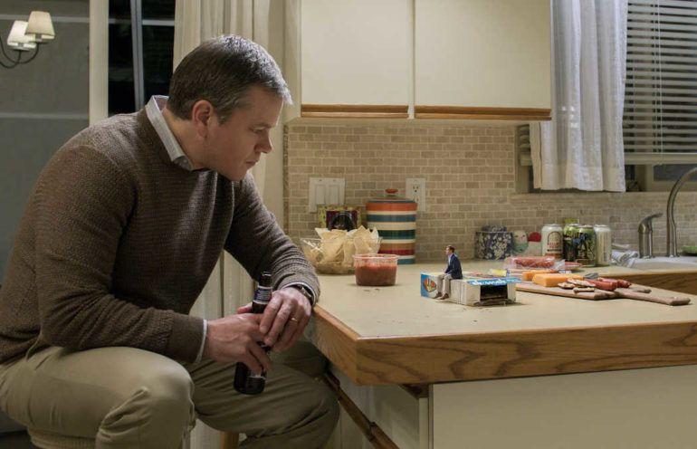 """Matt Damon como Paul Safranek y Jason Sudeikis como Dave Johnson en una escena de la película """"Una vida a lo grande""""."""