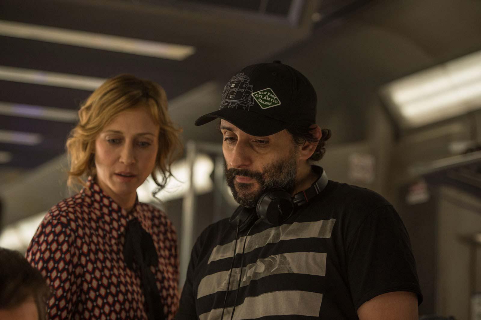 """Vera Farmiga y el director Jauma Collet-Serra en el rodaje de """"El pasajero"""""""