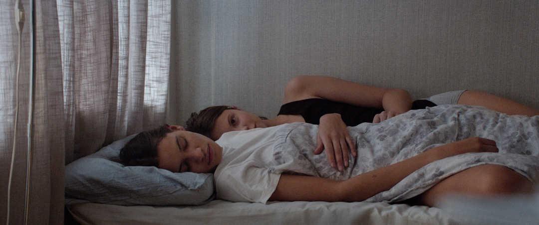 """Eili Harboe y Kaya Wilkins en una escena de la película """"Thelma"""""""