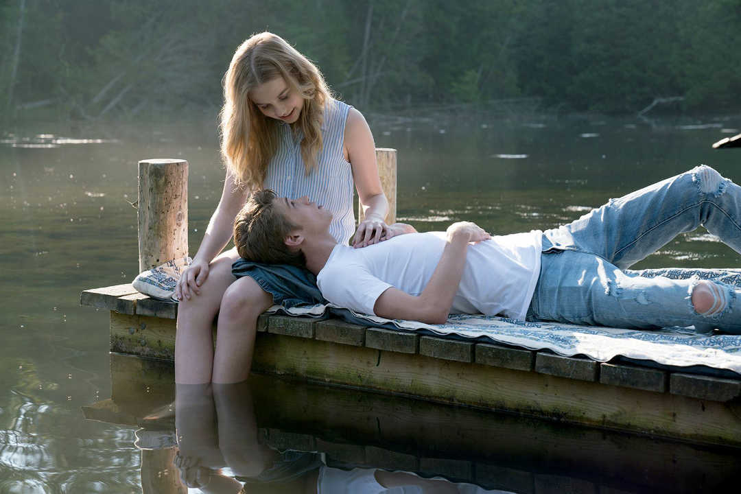"""Angourie Rice y Colin Ford en la película """"Cada día"""""""