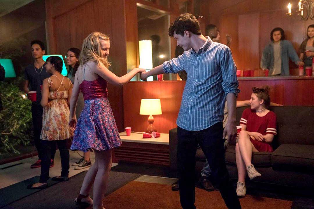 """Angourie Rice y Lucas Jade Zumann en la película """"Cada día"""""""