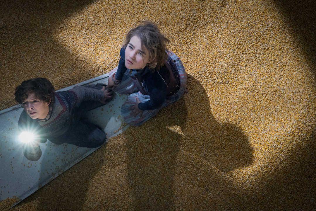 Noah Jupe y Millicent Simmonds encerrados en el granero