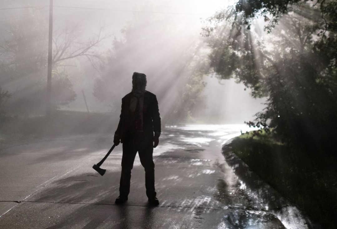 """Un tipo con un hacha en """"Los extraños 2: cacería nocturna"""""""