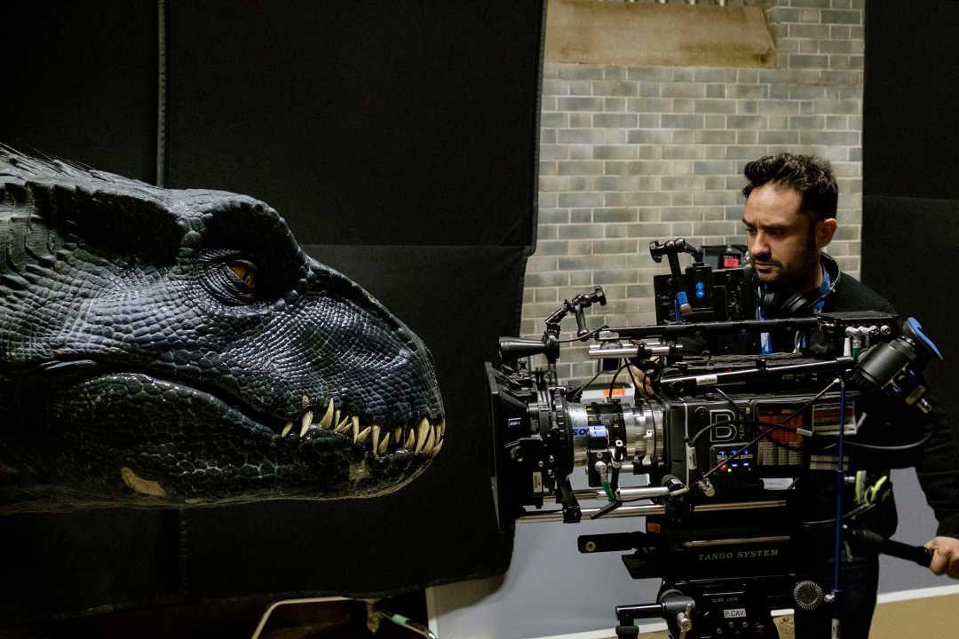 Bayona durante el rodaje de Jurassic World: El reino caído