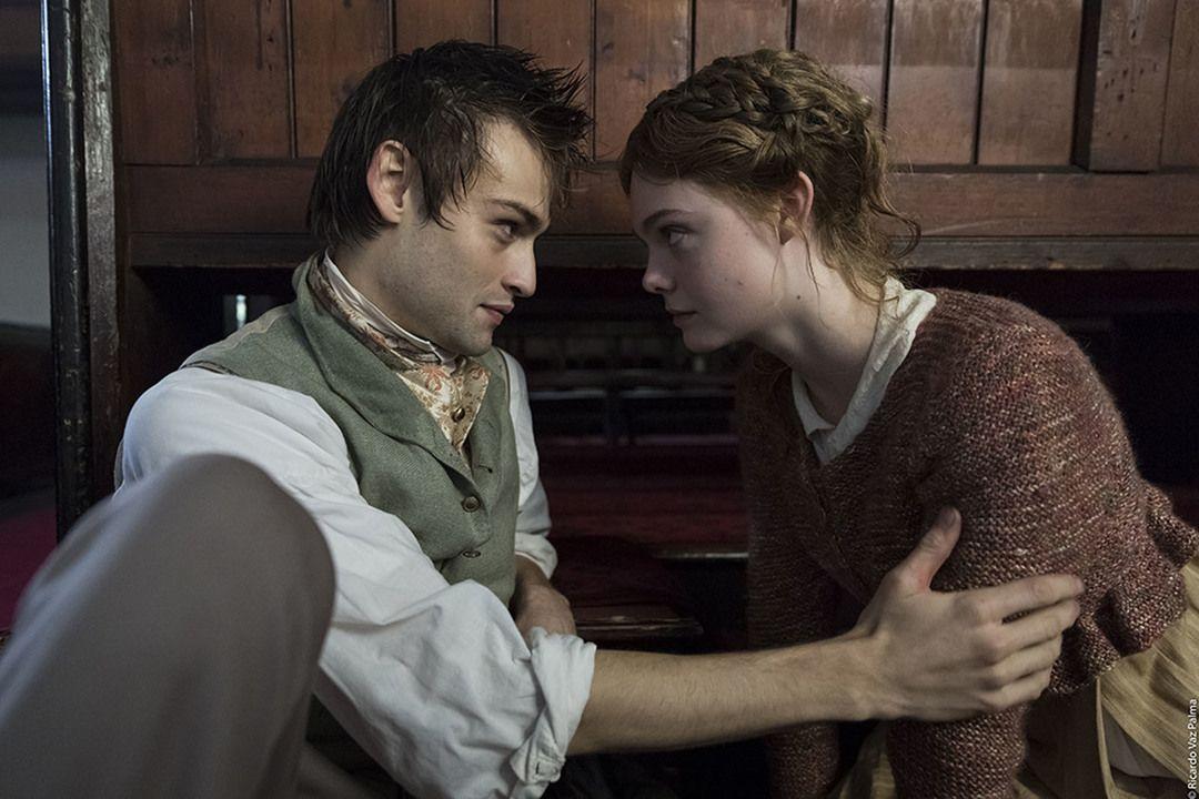 """Douglas Booth y Elle Fanning en la película - Crítica de la película """"Mary Shelley"""""""