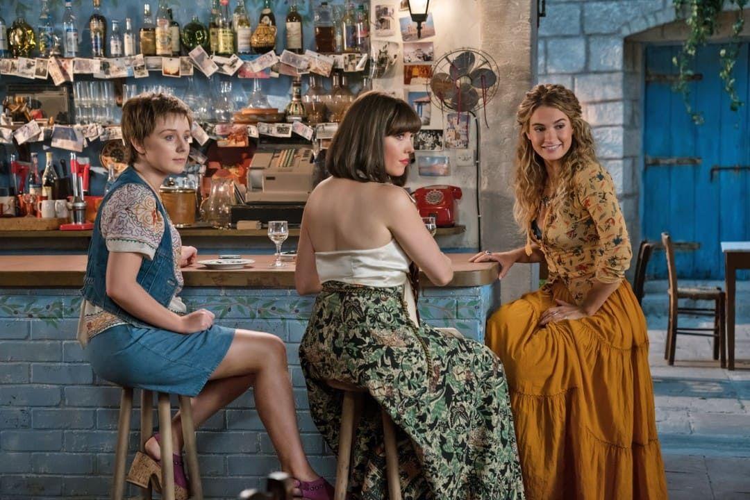 Alexa Davies, Jessica Keenan Wynn y Lily James, la nueva generación -o vieja-