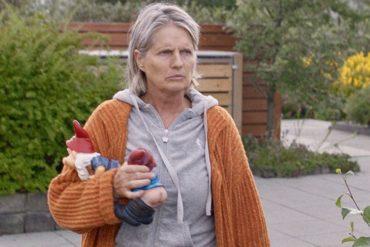"""Edda Björgvinsdóttir en la película """"Buenos vecinos"""""""