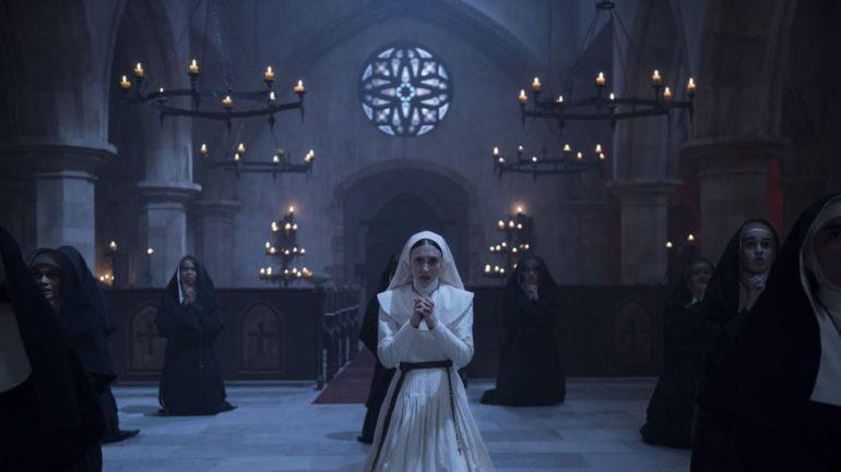 Taissa Farmiga rezando en la película La Monja