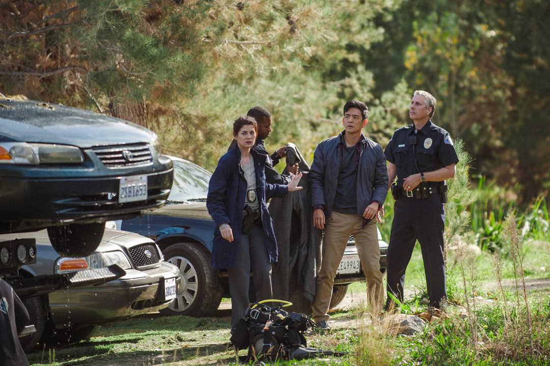 """Debra Messing y John Cho en una escena de la película """"Searching"""""""
