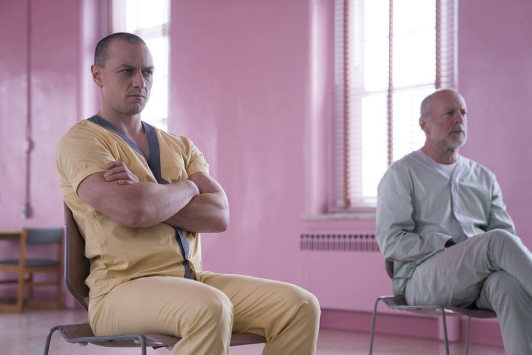 Bruce Willis y James McAvoy en la película Glass