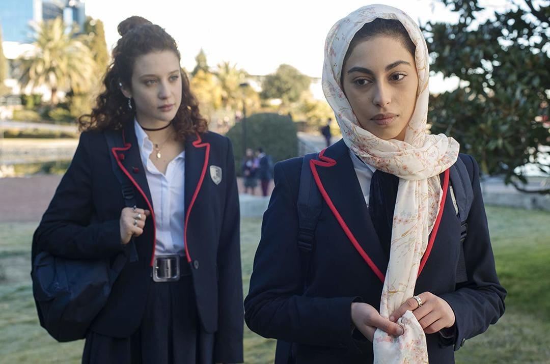 Mina El Hammani y María Pedraz en la serie de Netflix