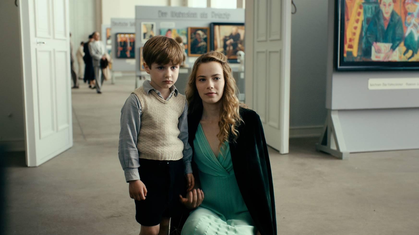 El actor Cai Cohrs como Kurt Barnert de niño, junto a su tía Elisabeth (Saskia Rosendahl).