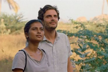 "Roman Kolinka y Aarshi Banerjee en la película ""Maya"" (2018)"