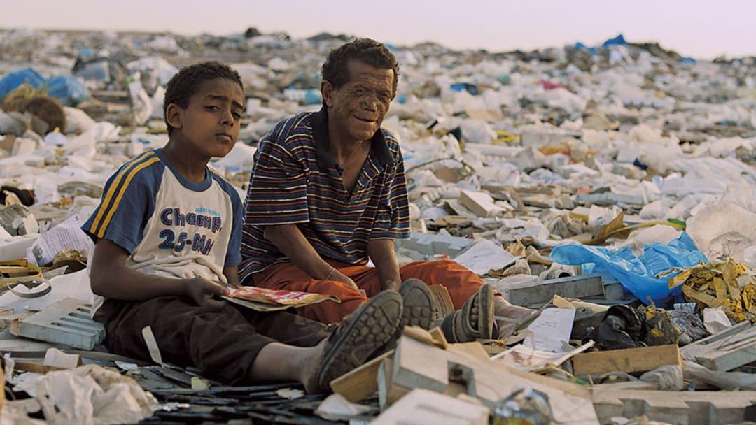 Ahmed Abdelhafiz y Rady Gamal en la película Yomeddine