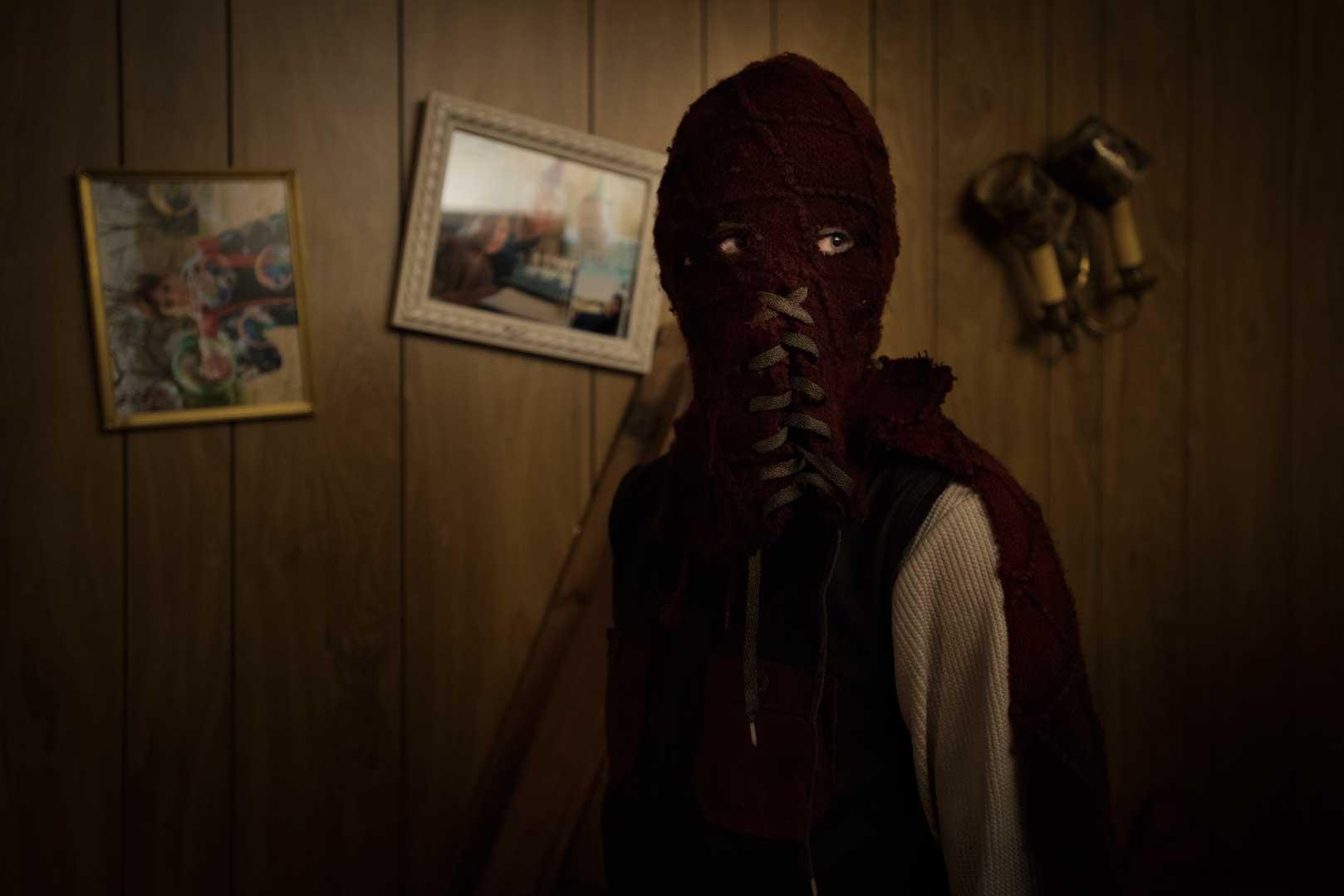 """El personaje Brandon Breyer con su traje de super maligno (Jackson A. Dunn) en """"El hijo""""."""