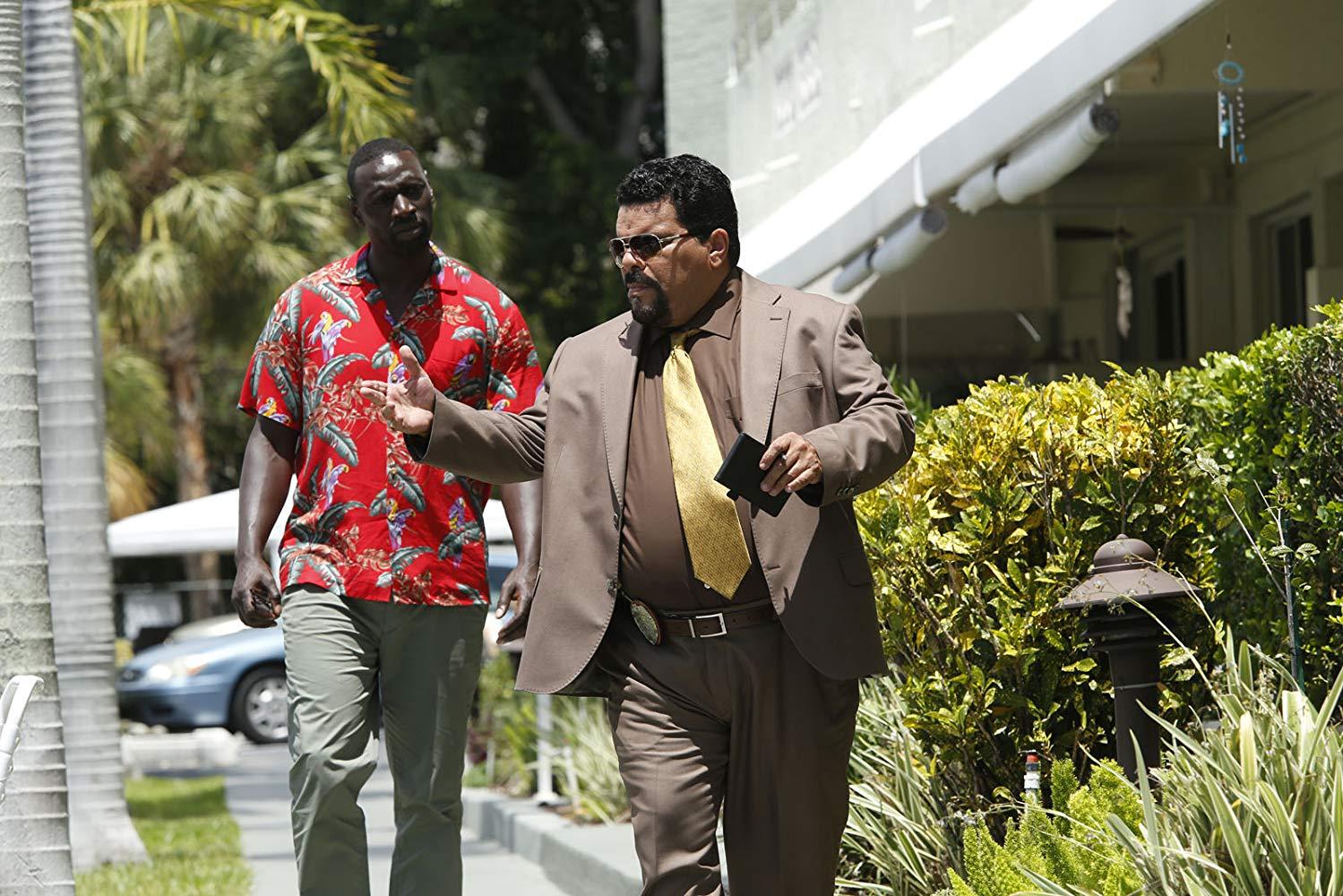 Omar Sy y Luis Guzman en la pelicula Inflitrado en Miami