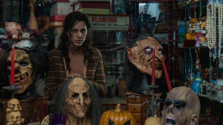 Maggie Civantos como Sara en su tienda (imagen de la película La influencia)