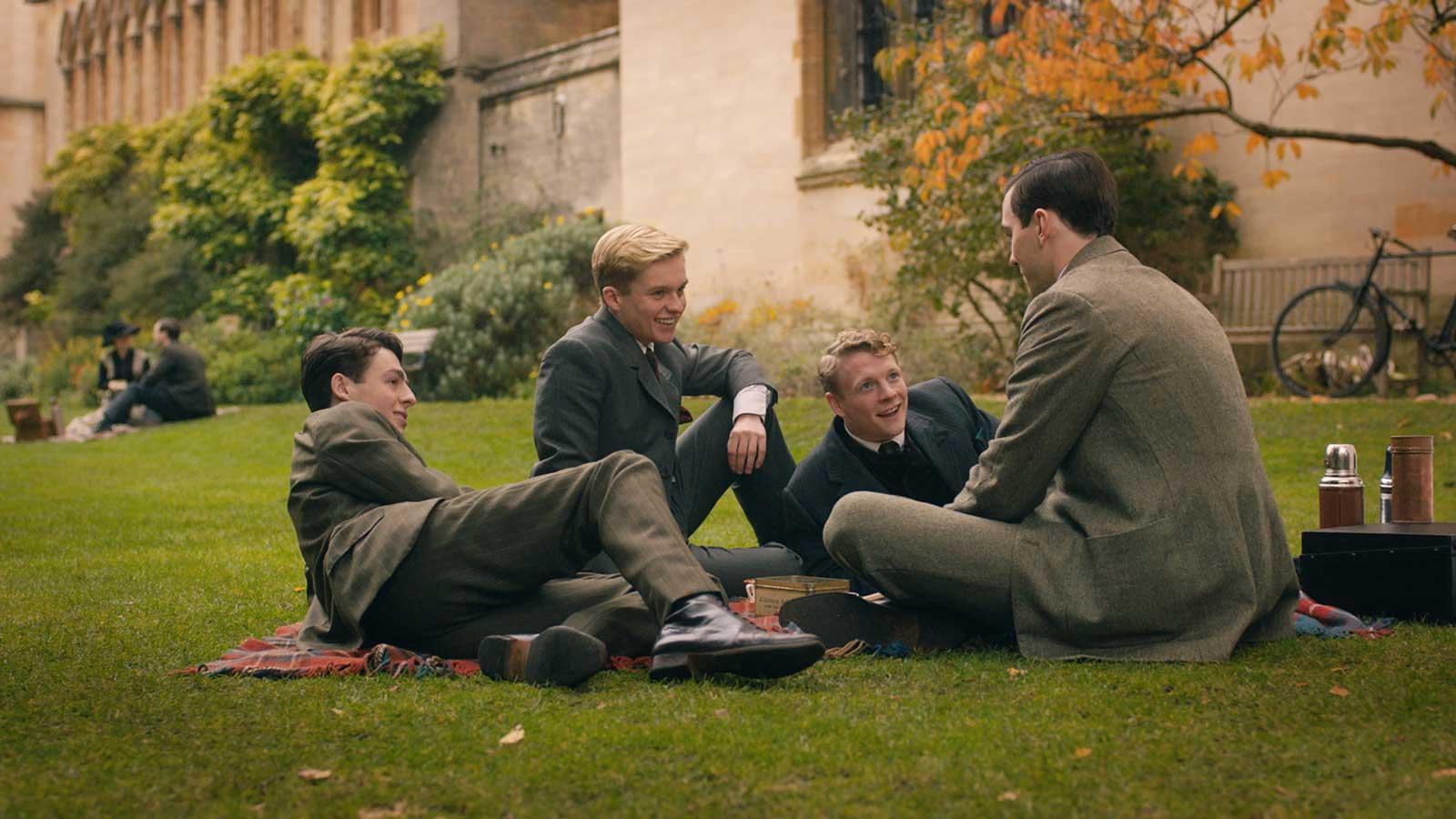 Nicholas Hoult, Patrick Gibson, Anthony Boyle y Tom Glynn-Carney en Tolkien (2019)