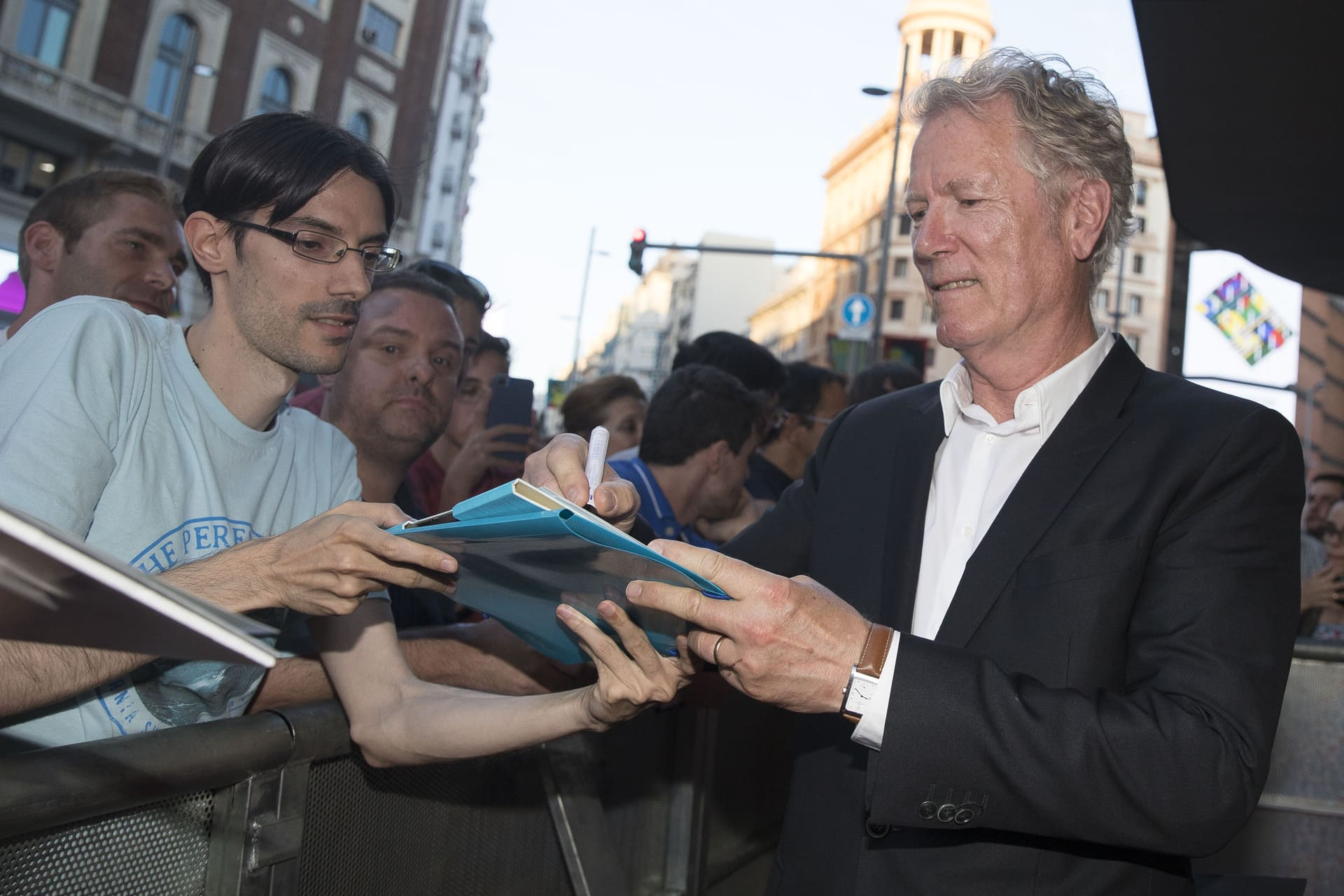 Hans Petter Moland firmando durante la presentación de la película Venganza Bajo Cero en Madrid