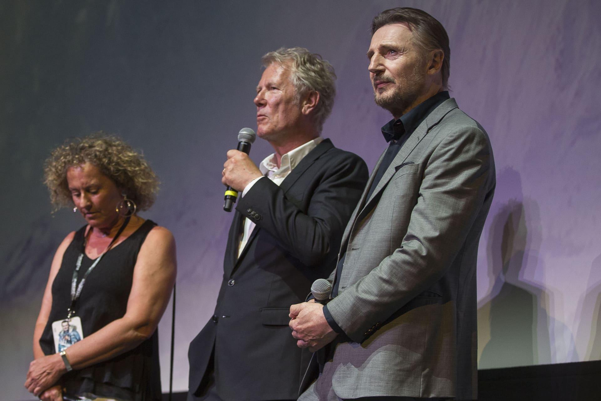Hans Petter Moland hablando a la audiencia  junto a Leam Neeson antes del pase de presentación de la película.