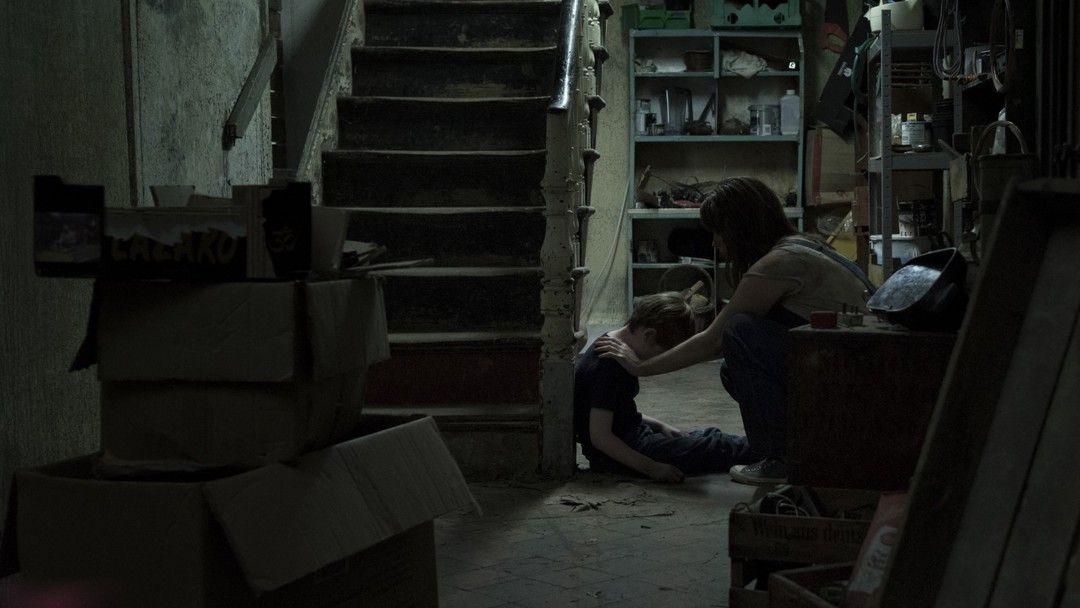 James Quinn Markey y Seana Kerslake en una escena de Bosque Maldito (Opinión de la película)