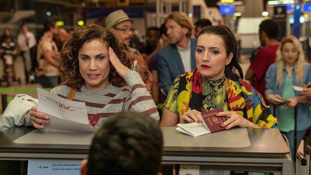Toni Acosta y Silvia Abril en la película (Crítica de Padre no hay más que uno)