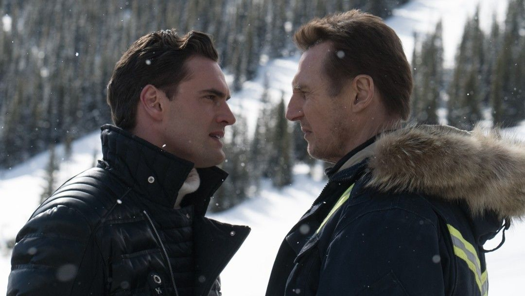 Tom Bateman y Liam Neeson