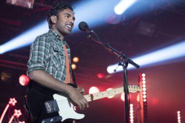 Himesh Patel tocando la guitarra en Yesterday