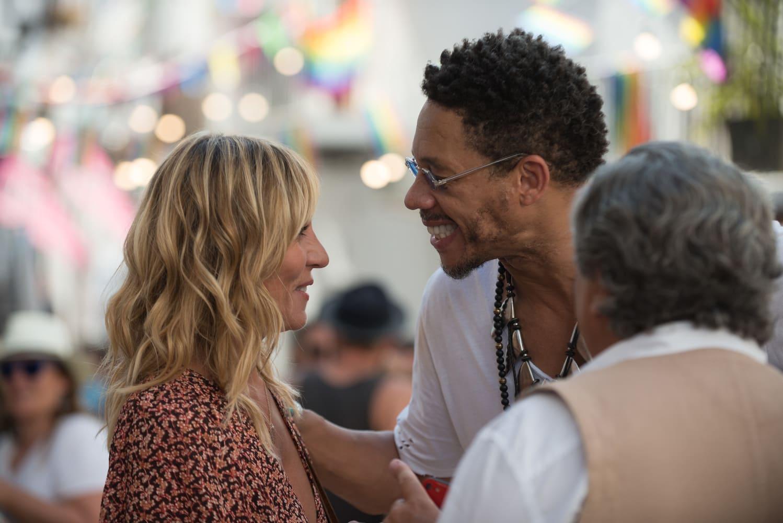 Carole habla con un exnovio que se encuentra por casualidad en Ibiza. Él la sonríe mientras le toca el hombro con la mano, ella no parece disgustada con la situación.