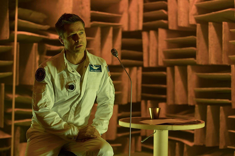 Brad Pitt, protagonista de la película Ad Astra, aparece sentado en una habitación pintoresca, cuanto menos, viste un traje blanco, da la sensación ser de la NASA o alguna organización espacial. Delante suyo se extiende un micrófono negro que le llega hasta la altura de la cabeza, parece que Pitt habla a través de él. A su lado, hay una mesa blanca con forma circular, encima parece haber una especia de vaso metálico