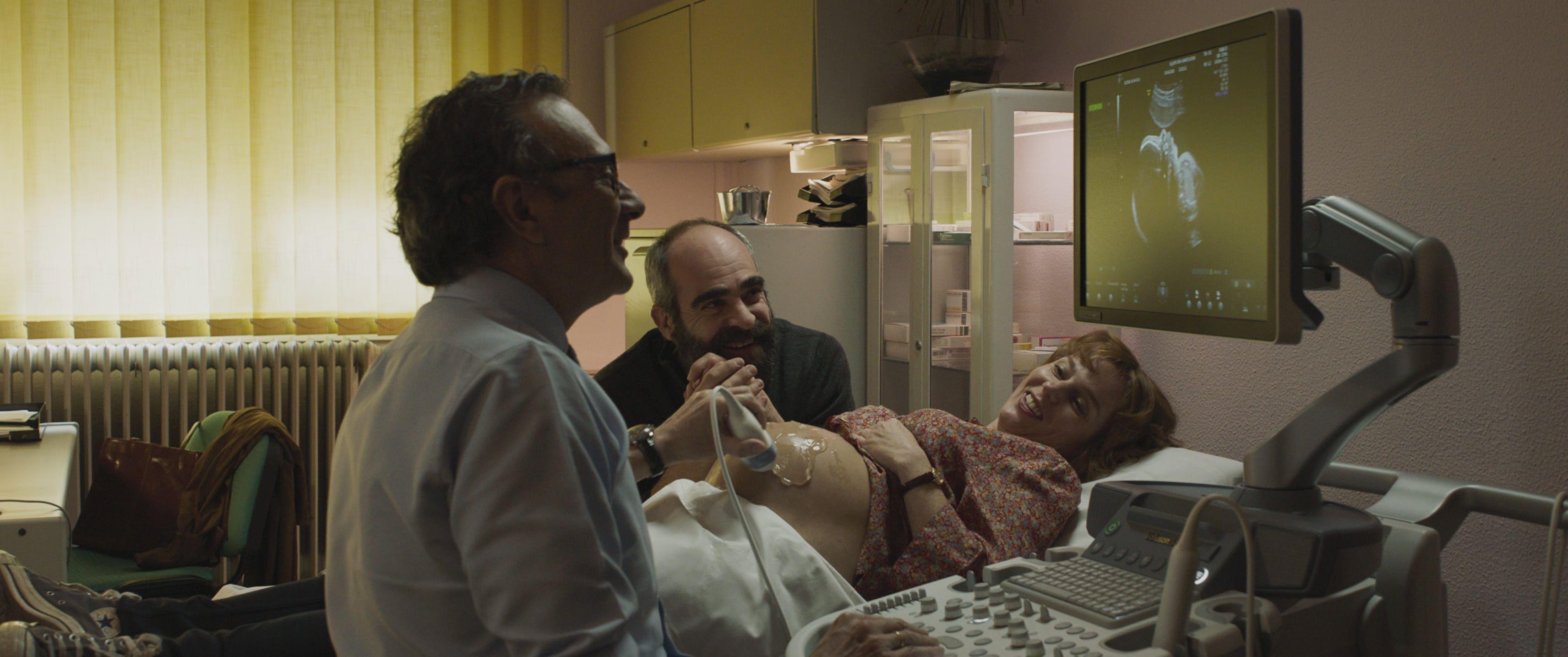 La actriz María Vázquez está siendo ecografiada en la película (Crítica de Quien a Hierro Mata)