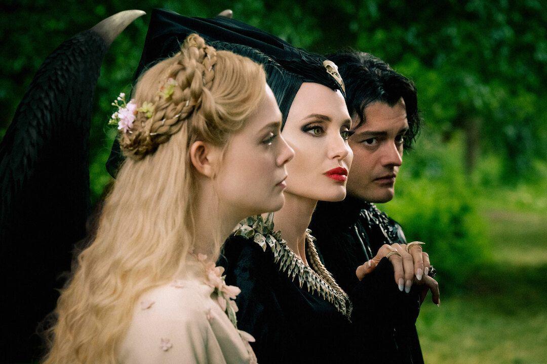 Angelina Jolie, Elle Fanning, Sam Riley en la película