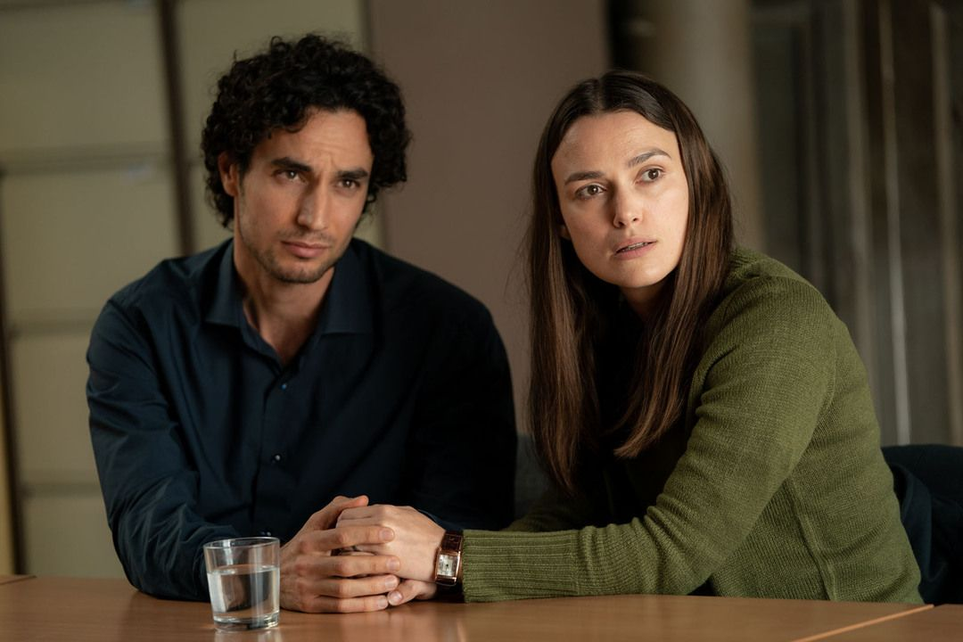 Adam Bakri y Keira Knightley en la película