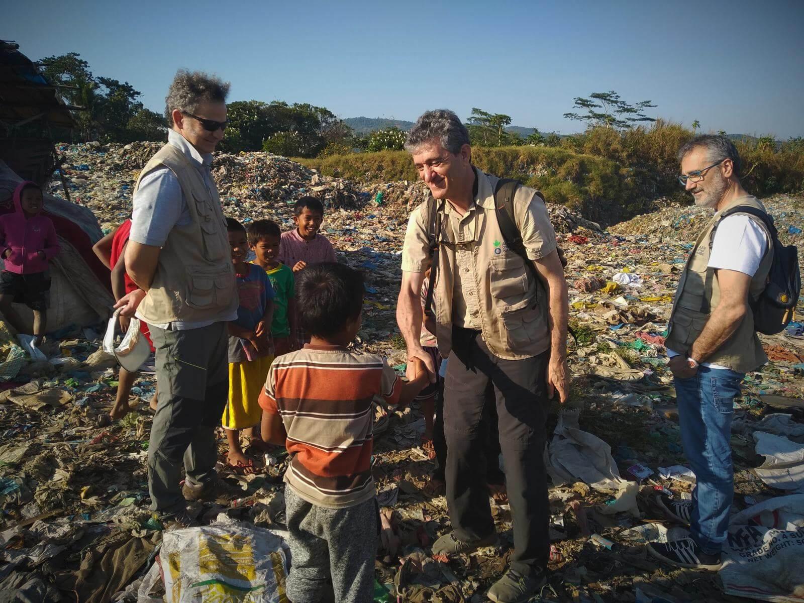 Los hermanos Fesser en el vertedero en Filipinas