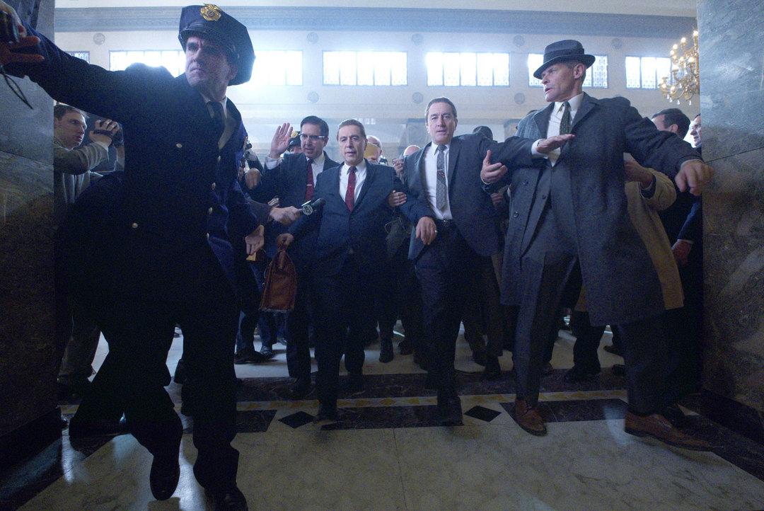 """Al Pacino y Robert De Niro en una escena de la película """"El Irlandés"""" (Netflix)"""