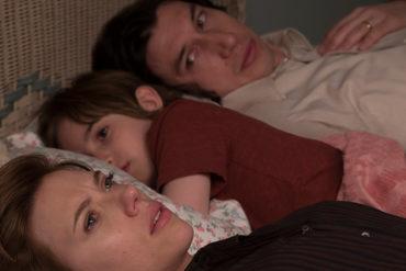 Adam Driver, Azhy Robertson y Scarlett Johansson