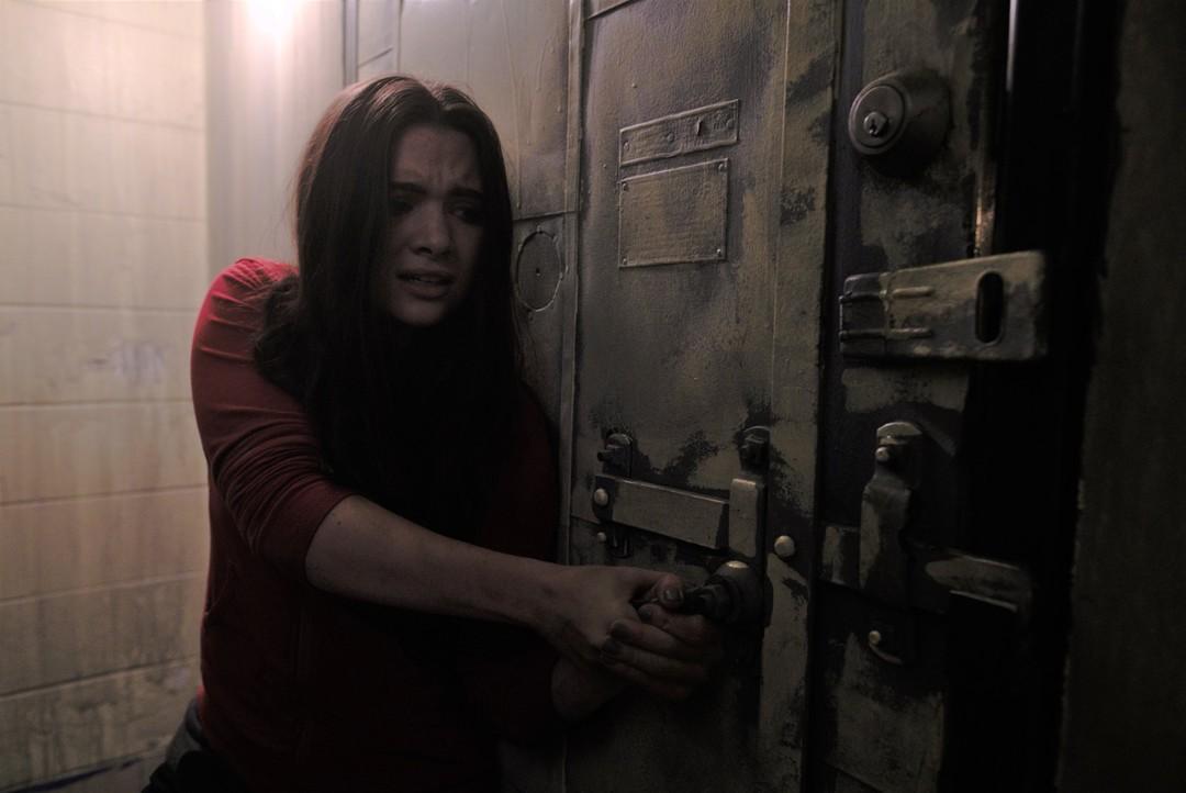 Katie Stevens en una escena de la película de terror